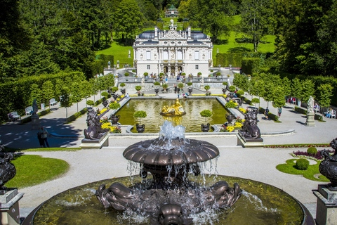 Schloss Linderhof mit Park - By Heribert Pohl --- Thanks for half a million clicks! from Germering bei München, Bayern (Schlosspark Linderhof, Königliche Villa) [CC BY-SA 2.0 (http://creativecommons.org/licenses/by-sa/2.0)], via Wikimedia Commons