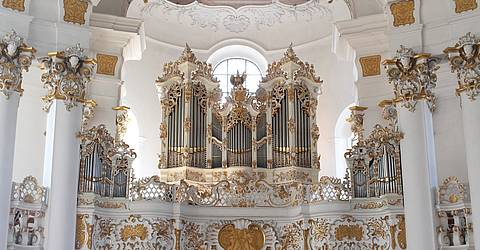 Wieskirche Innenansicht mit Orgel By Mtag (Own work) [CC0], via Wikimedia Commons